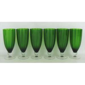 Seis taças em vidro na tonalidade translúcida e verde. Alt. 17,5cm.