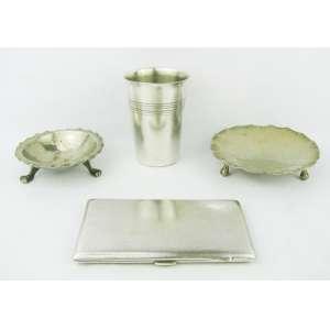 Cigarreira e 2 despojadores e copo em metal espessurado a prata, sendo a cigarreira inglesa, com marca da manufatura. Med. (cigarreira) 3x10x10 e (despojadores) 12,5x12x12 cm.