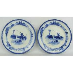 Par de pratos de coleção em faiança, com marca da manufatura no verso, decorados com pinturas de paisagem com barcos e moinhos, em tons de azul. Numerados em crivo. Diam. 20 cm.