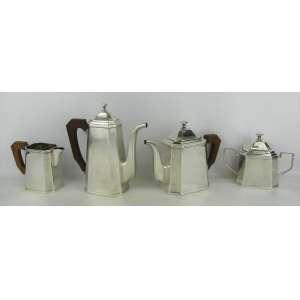 Quatro peças de serviço para chá e café em metal espessurado a prata com marca da manufatura St. James, sendo 2 bules, leiteira e açucareiro. Alt. maior e menor 22,5 e 11,5cm.