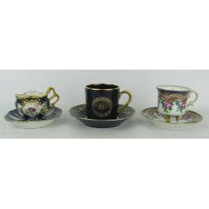 Três xícaras de coleção em porcelana, sendo duas francesas de Limoges e uma com marca não identificada. Alts. 6,5 e 5,5(2) cm.