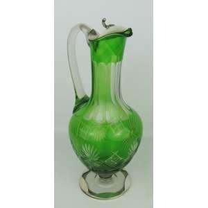 Claret Jug de coleção em cristal europeu e prata portuguesa contrastada, sendo o cristal na tonalidade doublet verde, com lapidações dedão, sulcos bisotados e olivas. Alt. 36,5 cm.