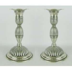 Par de castiçais em prata contrastada e com marca do teor 800 milésimos, com trabalhos de gomos em relevo. Alts. 14,5 cm. Peso total 610 gramas.