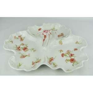 Petisqueira em porcelana francesa, com marca da manufatura Limoges, com pintura floral em policromia e três divisões. Alça central. Med. 8x34x32 cm.