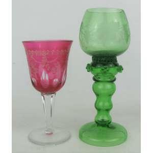 Duas taças de coleção, sendo uma em vidro de murano na cor verde e a outra em cristal europeu na tonalidade rosa, com lapidações dedão e flores no tom creme. Alt. 18,5 e 14cm.