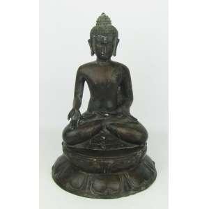 Escultura em bronze patinado, representando Buda em meditação. Base circular com trabalhos em relevo. Alt. 27 cm.