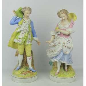 Belo par de estatuetas em biscuit europeu policromado, representando Casal de nobres, com trajes de época. Alt. 37 cm.