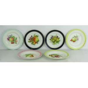 Seis pratos decorativos em porcelana européia, com decoração de frutas em policromia, sendo 4 ingleses da manufatura Myott. & Son, e 2 alemães da manufatura Bavária. Um com bicado na parte de baixo de borda. Diams. 20 cm (x4) e 19 cm. (x19).