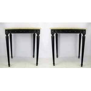 Par de mesas de apoio, estilo Luis XVI, em madeira entalhada. Tampo retangular em mármore. Pernas torneadas afinando para baixo. Med. 56x49x37cm.