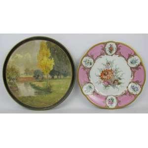 Dois pratos decorativos em porcelana, sendo um alemão-Bavária, com decoração floral em policromia. Aba na cor rosa. Detalhes em dourado e o outro de Dresden com pintura de paisagem com rio em policromia. Diam. 26 e 28 cm.