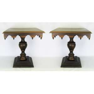 Par de mesas de apoio em madeira nobre. Tampo quadrado com bilros na saia. Coluna torneada sobre base em degraus. Marcas de uso. Med. 55x54x54cm