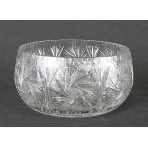 Grande bowl em grosso cristal translúcido, decorado com lapidações de sulcos, rosetas e estrelas. Med. 13,5x28,5cm.