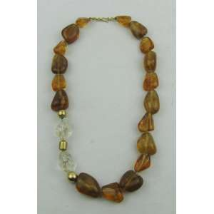 Colar em âmbar e cristal, com fecho e aplique em ouro com pequenos brilhantes. Comp. aberto 47,5 cm