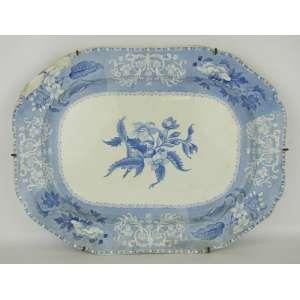 Grande travessa em faiança inglesa, decorada em azul com flores e folhas em dégradée. No estado. Med. 4x48x37 cm.