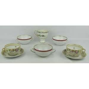 Dezesseis peças em porcelana, sendo: leiteira inglesa e 7 xícaras francesas de Limoges, destas 4 sem píres, e 8 taças para consome da manufatura Mauá.