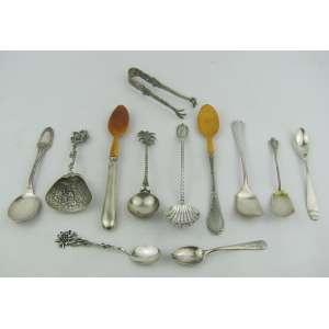 Doze peças diversas em prata, sendo pegador e 11 colheres de formas diversas. Compr. maior e menor 16,5 e 10,5 Peso só da prata. 175 g.