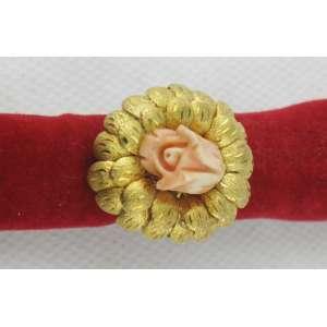 Anel em ouro 18k, na forma de flor com o núcleo em coral. Aro. 13. Peso 3,8 g. Este item não se encontra no local do leilão.