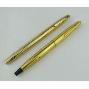 Duas canetas tinteiro, sendo uma Parker e a outra Sheaffer.