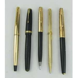 Cinco canetas diversas, sendo 3 tinteiros da manufatura Parker, 1 esferográfica e 1 lapiseira. Duas tinteiros apresentam nome gravado.