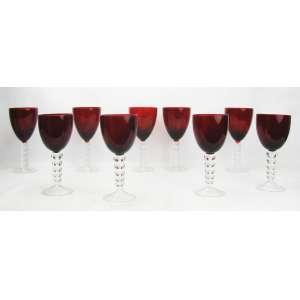 Nove taças na tonalidade vermelha. Haste translucida com trabalhos em elos. Alt. 21(5) e 20(4) cm.