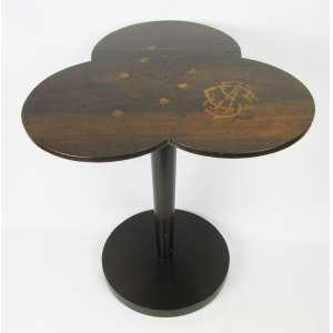 Rara e antiga mesa de apoio, monogramada, com tampo na forma de trevo com 3 folhas em madeira com marqueterie floral e folhas. Corpo torneado sobre base circular. Med. 60x54x47 cm.