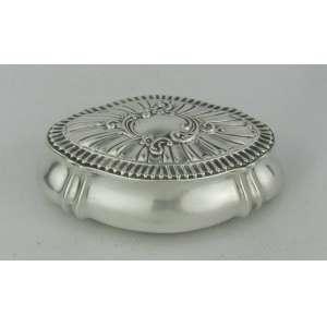 Caixa ovalada em prata inglesa contrastada e com trabalhos em relevo. Med. 3x10x6,5 cm.
