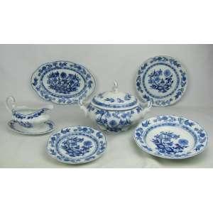 Vinte e nove peças de aparelho de jantar em porcelana Steatita, com decoração dita cebolinha, na cor azul, sendo sopeira, 3 travessas, molheira, 8 pratos rasos, 8 fundos e 8 para sobremesa.