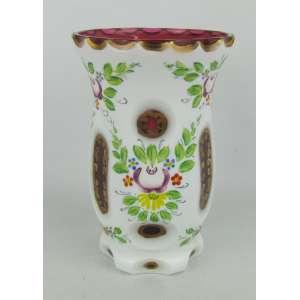 Vaso em cristal overlay, lapidado, na tonalidade leitosa, com pintura floral em policromia e detalhes em dourado. Interior na cor rosa. Alt. 13 cm.