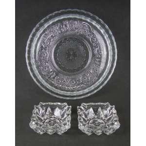 Três peças, sendo 2 cinzeiros em demi-cristal e centro de mesa em vidro prensado com trabalhos bico de jacas e folhas. Diam. centro mesa 30 cm.