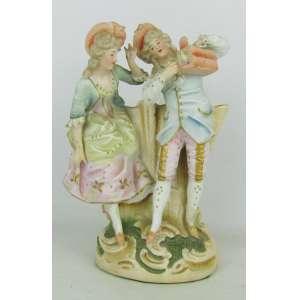 Floreira em biscuit possivelmente europeu, policromada, adornada com casal e nobres segurando gaiola com pássaro. Com colagens e restauro. Alt. 8,5cm.
