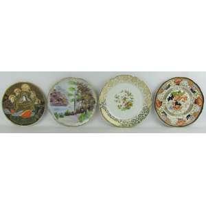 Quatro pratos decorativos de diversas procedências e decorações, sendo dois em faiança e dois em porcelana. Diam. maior e menor 23x19,5 cm.