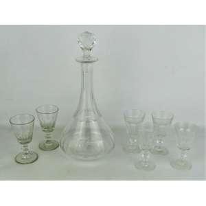 Licoreiro e 6 tacinhas em cristal translucido, decorados com lapidações dedão, sendo as taças quatro de um tamanho com marca da Cristallerie Luminarc, e duas de outro tamanho. Alt. licoreiro 30 cm. e alt. taças 10 cm . (x4) e 10,5 cm. (x2).