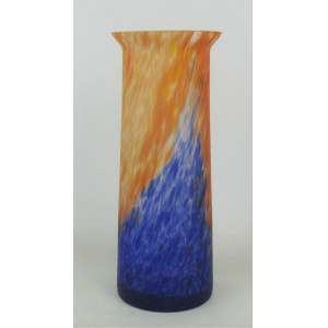 Vaso em pasta de vidro decorado com detalhes rajados no tom laranja e azul. Borda com bicado. Alt. 17cm.