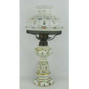 Abajour na forma de lampião, em cristal overlay lapidado na cor leitosa, com pintura floral em policromia. Guarnições em metal. Alt. 38,5 cm