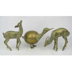 Três esculturas em bronze dourado, representando Casal de cervos e Ave. Alts. 23, 17,5cm(2).