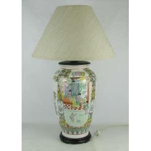 Abajour em porcelana oriental com marca na base. Apresenta decoração floral com cena do cotidiano em policromia. Cúpula em tecido. Base em madeira. Alt. 65cm.