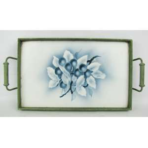Bandeja em faiança europeia, decorada ao centro com frutas nos tons de azul degrade e branco. Guarnições em metal. Med. 4x38,5x19,5 cm.