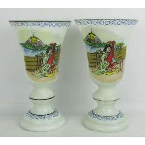 Par de vasos em opalina na cor leitosa, decorados com pintura de cenas musicais em policromia e arabescos na cor azul. pequeno bicado na borda de um. Alt. 27,5cm.