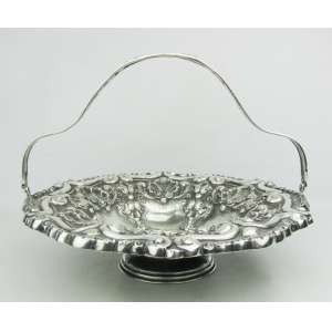 Cesta em prata portuguesa, estilo D. João V, contraste Águia, cinzelada em conchas, flores, folhas e volutas. Med. 22x30,5cm. Peso 630g.