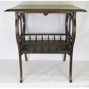 Antiga mesa em madeira nobre, com 2 platôs retangulares. Platô inferior com cercadura em bilros. Pernas recurvas. Laterais com lira arredondada. Med. 78x78x54 cm.