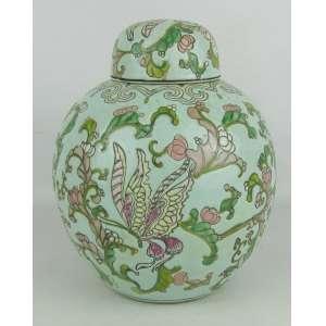 Potiche em porcelana oriental, policromado e decorado com flores, folhas e arabescos. Alt. 21,5cm.