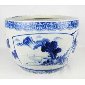 Grande cachepot em porcelana, com decoração de paisagens em reserva e flores, nos tons de azul. Med. 30,5x46 cm.