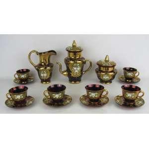 Serviço para café em vidro veneziano no tom vermelho, composto de bule, leiteira, açucareiro e 6 xícaras, decorados com pintura floral em relevo e ricos detalhes em dourado. Alt. bule 20,5cm.