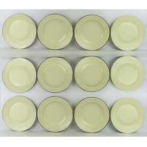 Vinte e nove pratos em porcelana alemã, com marca da manufatura Rosenthal no verso, sendo 18 rasos e 11 fundos. Decorados com borda prateada, com pequenos desgastes no prateado. Diam. 25,5cm.