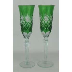 Par de taças de pé alto, em cristal, na tonalidade doublet verde. Lapidações dedão, sulcos bisotados, estrelas e olivas. Corpo sextavado. Alt. 24 cm.