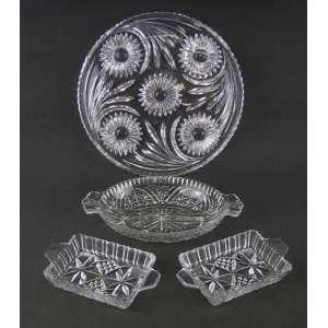 Quatro peças em cristal lapidado, sendo prato para bolo e 3 petisqueiras. Diam. prato 30,5. Med. petisqueira maior 4,5x26x16 cm.