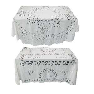 Duas toalhas de mesa com bordados, sendo um retangular e outro oval. Meds. 200x130 e 182x202.