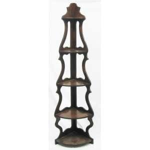 Móvel cantoneira em madeira entalhada, com 5 platôs, decorado com trabalhos vazados nas laterais. Marcas de uso. Med. 179,5x51x35,5cm.