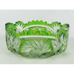 Bowl em cristal tcheco, na tonalidade verde e translúcida. Lapidação em rosetas, estrelas e sulcos bisotados. Borda ondulada e serrilhada. Med. 9x21 cm.