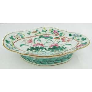 Covilhete de coleção, em porcelana Companhia das Índias, família Rosa, com pintura esmaltada em flores e frutos. Med. 4,5x20x13 cm.